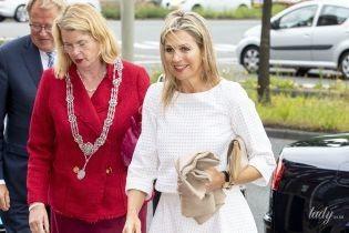 В белом наряде и с драгоценными украшениями: красивый деловой образ королевы Максимы
