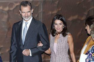 В жилетці від Zara: стильна королева Летиція відвідала художню галерею