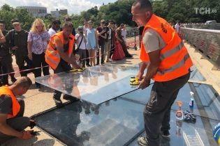 На новому мосту Києва можуть замінити захисну склоплівку на броньоване скло