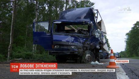 Лобовое столкновение: двое водителей погибли в ДТП на Ровенщине