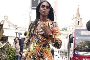 В длинном платье и ярких кроссовках: Наоми Кэмпбелл в Риме