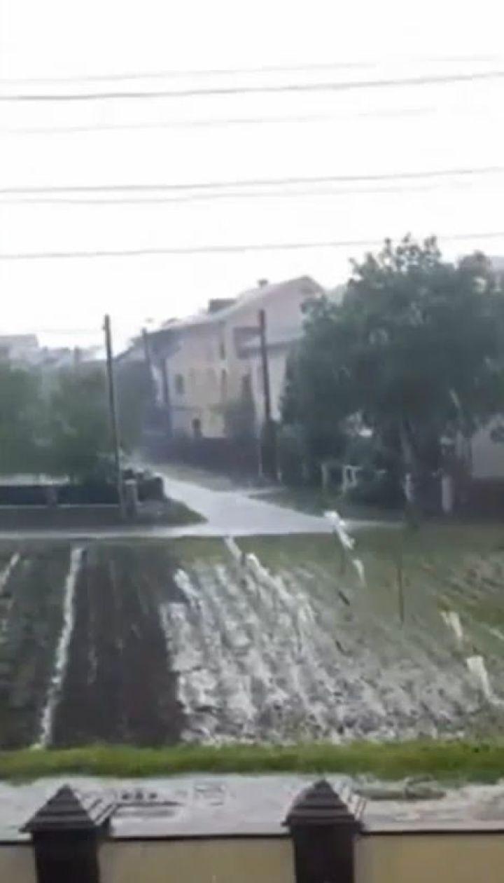 Дощові ріки на Львівщині та літня спека у столиці: погодна лихоманка трусить Україну