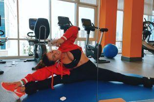 Знову в спортзалі: Анна Сєдокова похизувалася своєю розтяжкою