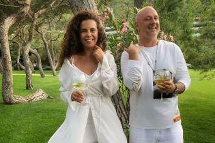 Молодята Потап та Каменських замилували світлинами з відпочинку у білому вбранні з келихом коктейлю
