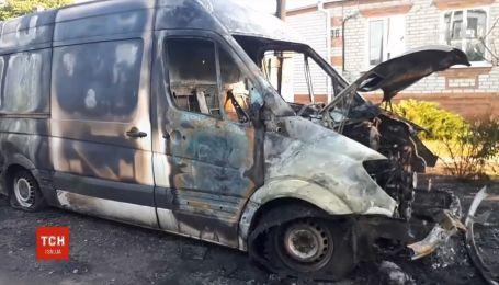 Мікроавтобус вибухнув на Харківщині: пожежа ледь не перекинулась на сусідній будинок