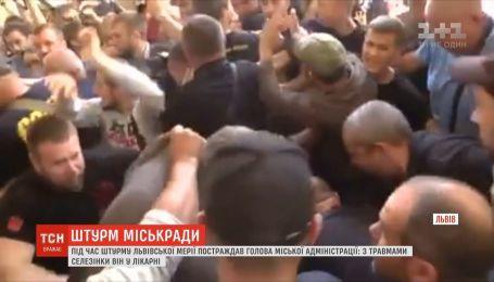 Во время штурма Львовского горсовета руководитель администрации Садового получил разрыв селезенки