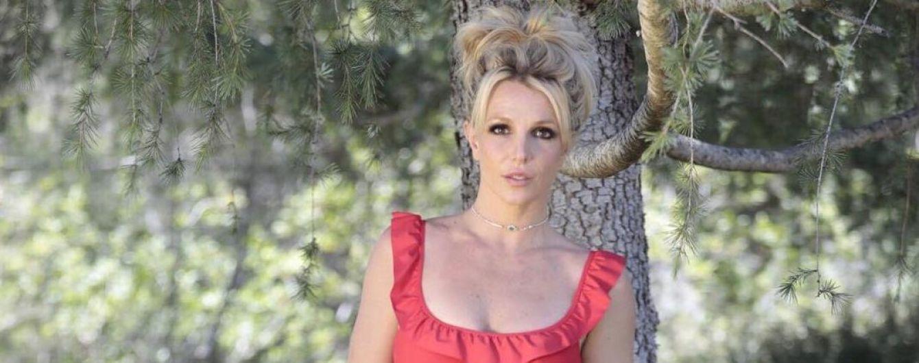 Игривая Бритни Спирс в секси-шортиках продемонстрировала свою гибкость