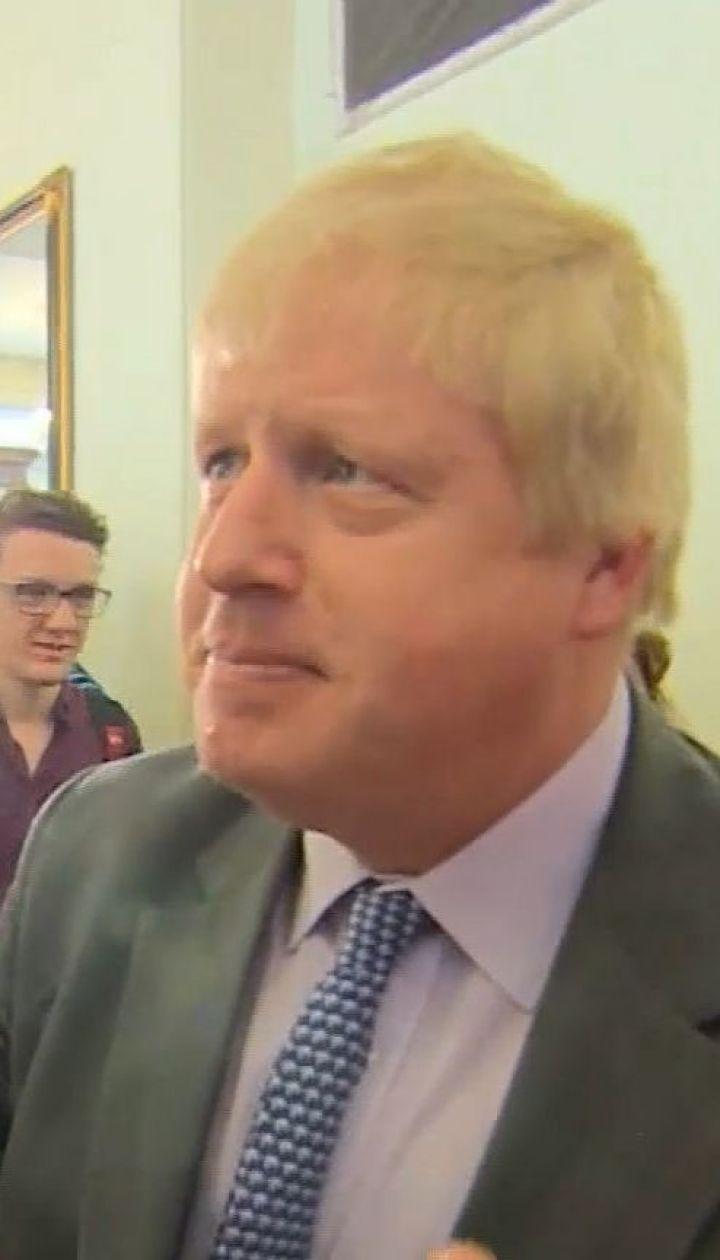 Главного претендента на пост премьера Британии вызвали в суд