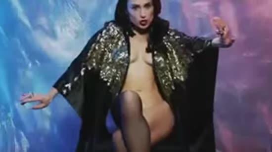Сексапільна дівчина Руслана Квінти Нана у мантії на голе тіло представила еротичний кліп