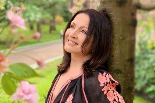 Софія Ротару у легкій напівпрозорій сукні в зірочки показала, як святкує день народження