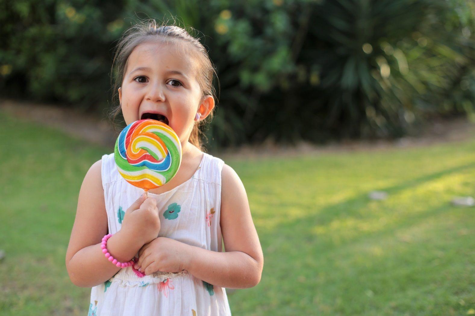 ребенок с конфетой