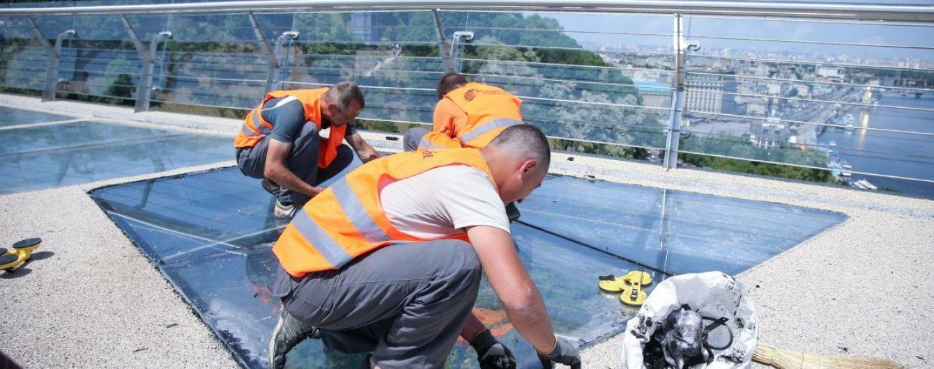 На пешеходном мосту в Киеве открыли доступ к стеклянному полу. Кличко показал видео