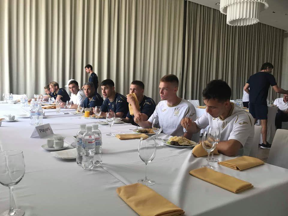 Футболісти збірної України обідають
