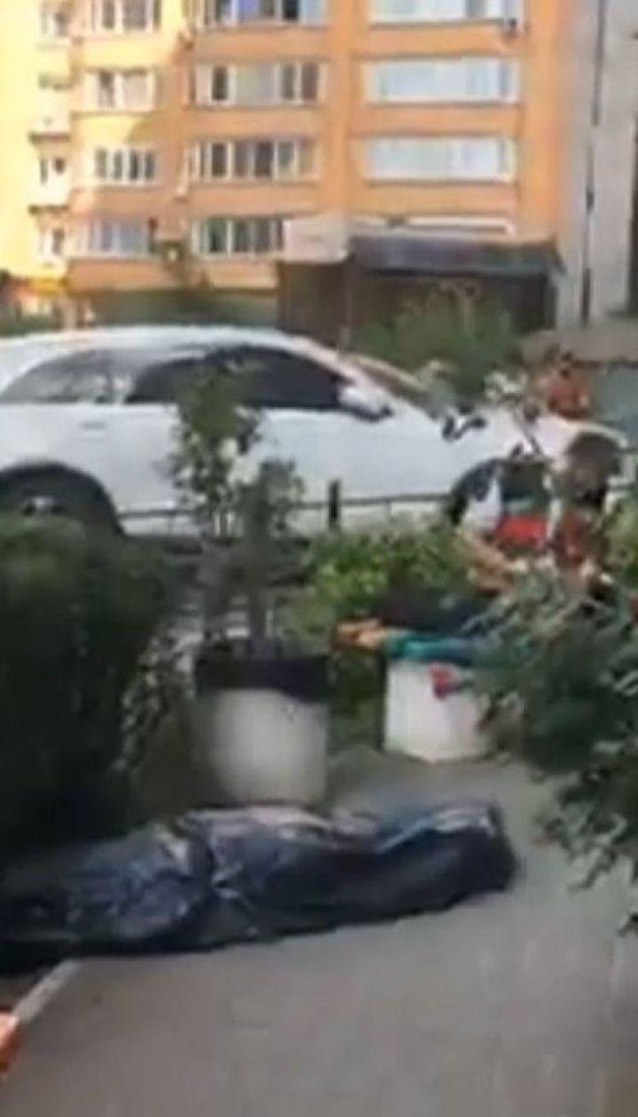 В столице молодая девушка выпала из окна 21 этажа жилого дома