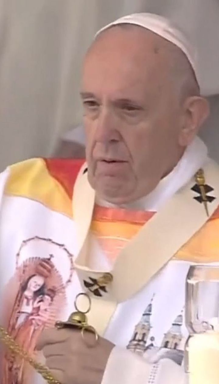 Тысячи верующих под дождем встречали Папу Римского в Румынии