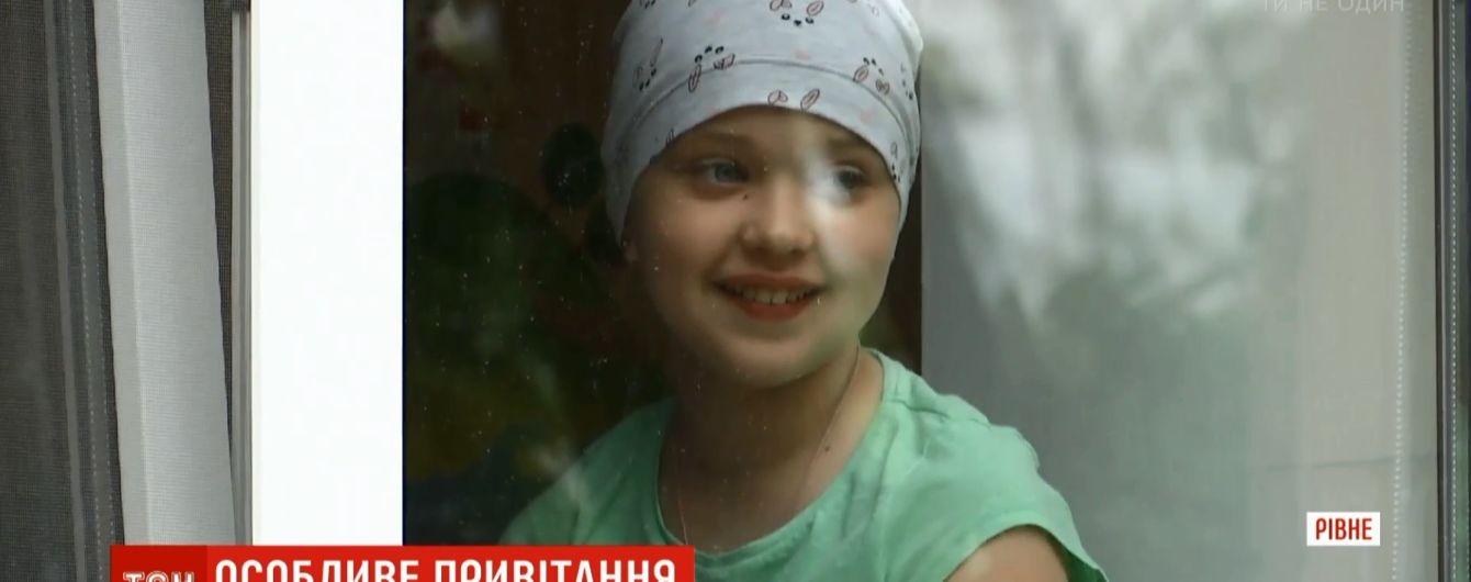Трогательное поздравление онкобольной: в Ровно десятки детей пришли под больницу ради 10-летия девочки