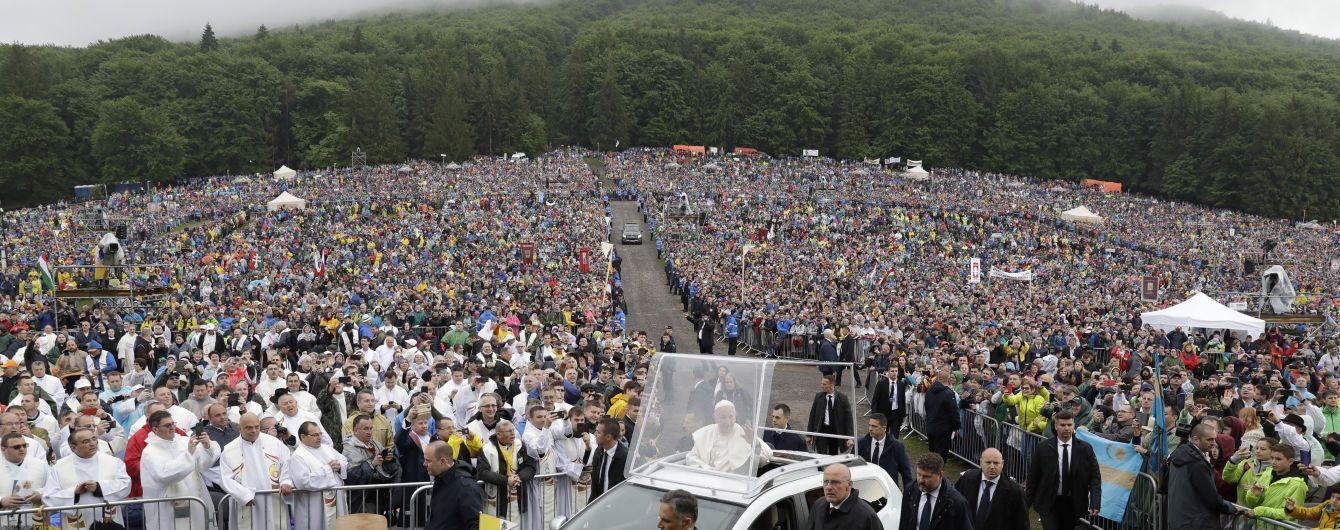Папа Римский в сопровождении ливня совершает путешествие в румынские Карпаты