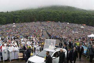 Папа Римський у супроводі зливи здійснює подорож у румунські Карпати