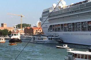 В Венеции круизный лайнер протаранил туристическое судно. В Сети опубликовали видео