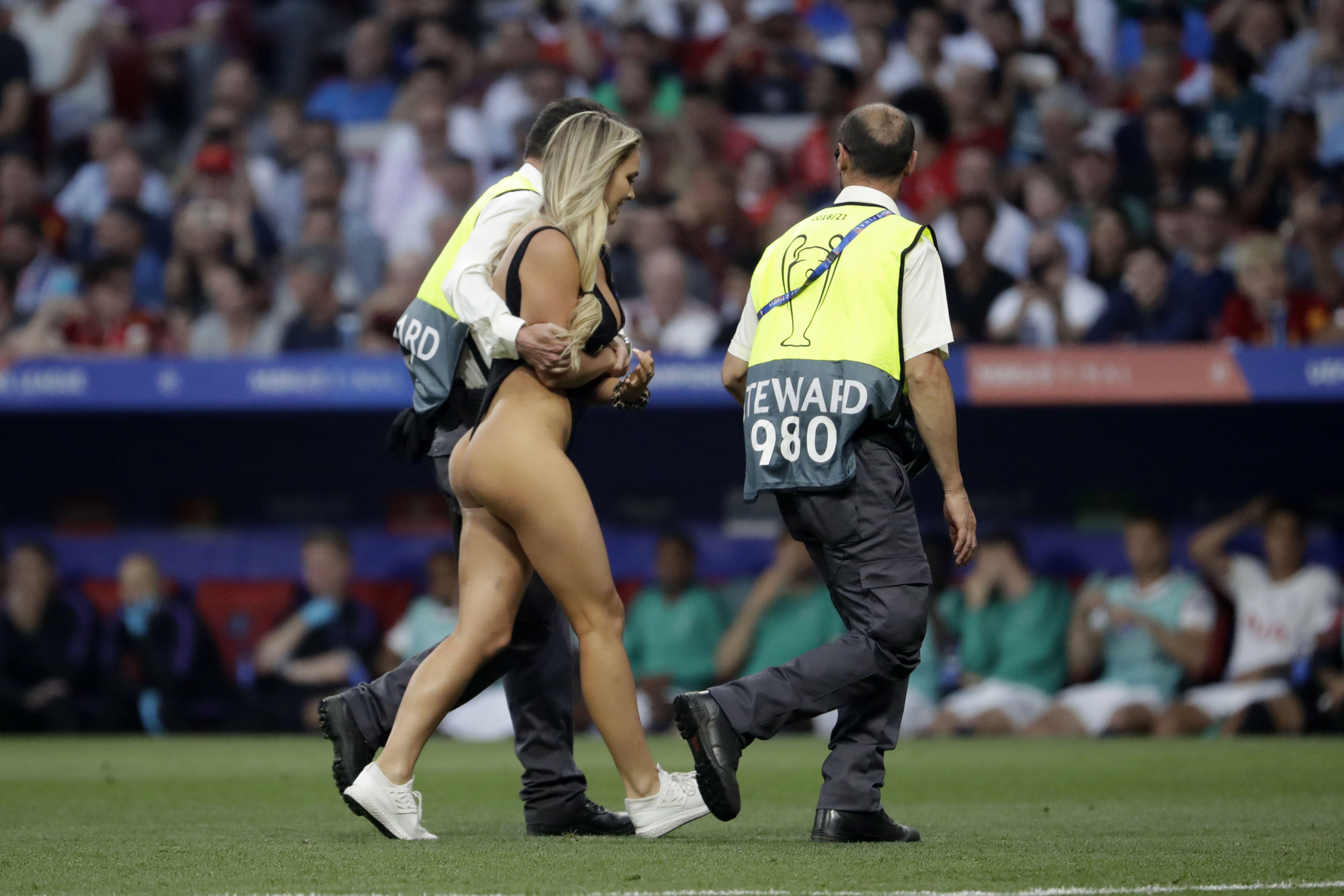 Девушка выбежала на футбольное поле