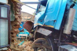 В Измаиле после столкновения с легковушкой грузовик врезался в стену дома