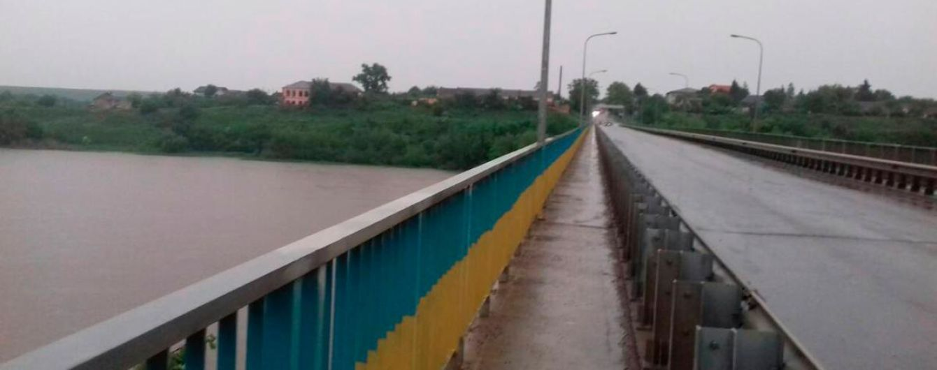 На Буковине полицейские спасли женщину, прыгнувшую с моста в реку