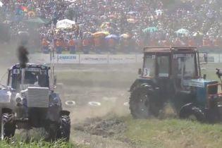 В России трактор во время гонок влетел в группу журналистов