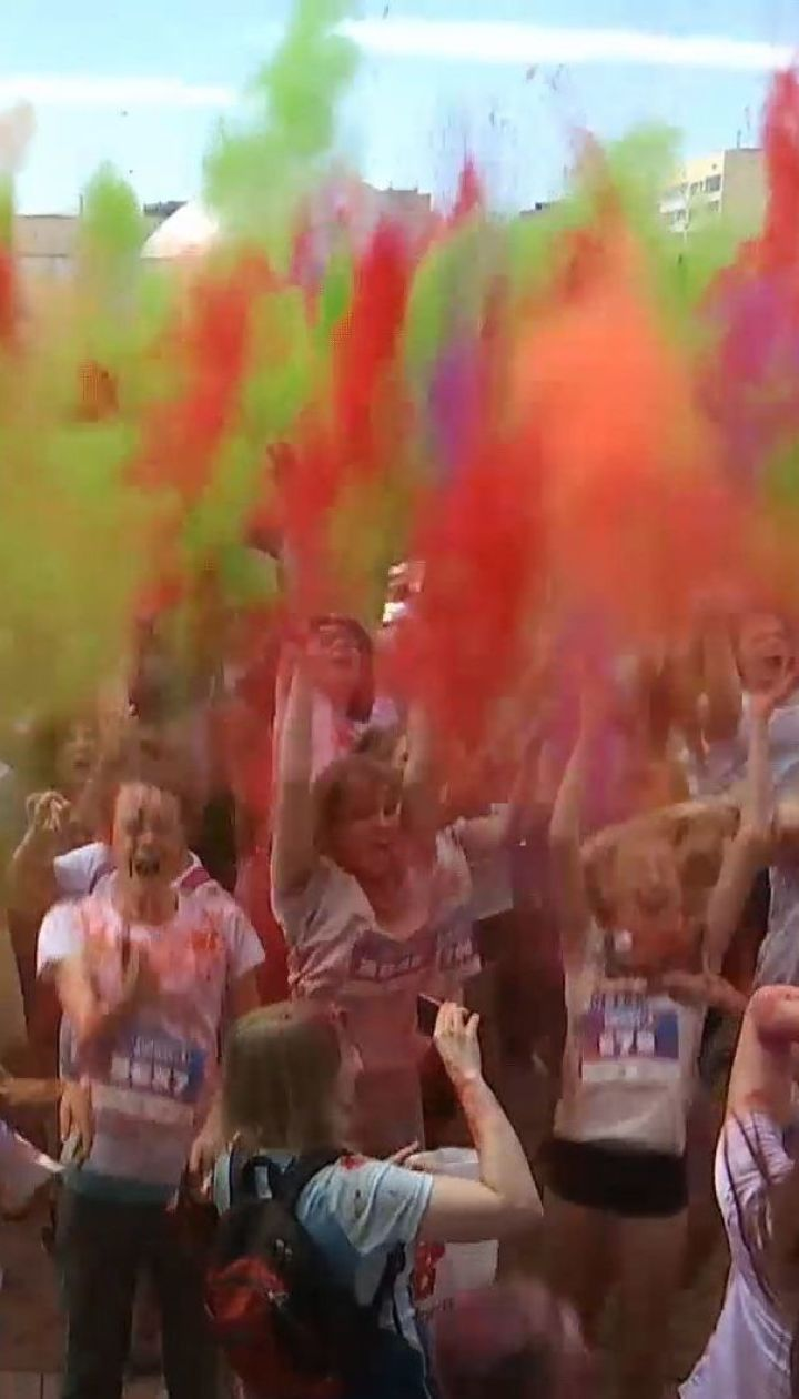 Тисячі людей у фарбі пробігли столицею, аби зібрати гроші на потреби хворих дітей