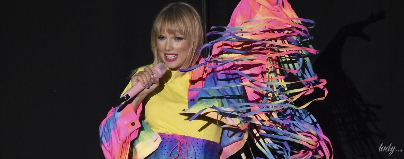 В радужном костюме и корсете: Тейлор Свифт сверкнула стройными ногами со сцены