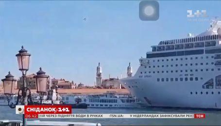 В Венеции круизный лайнер протаранил причал и туристическое судно, когда причаливал к берегу