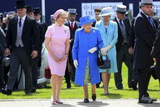 В голубом пальто и цветочном платье: королева Елизавета ІІ на скачках