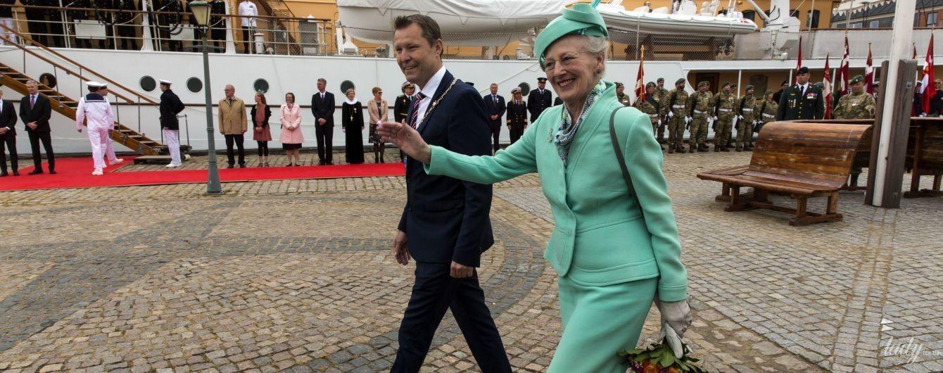 В эффектном мятном костюме: королева Маргрете II отправилась в круиз