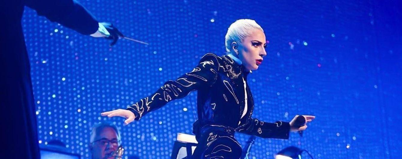 Леди Гага едва не упала с двухметровой высоты на сцене