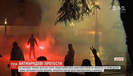 В Албании десятки тысяч протестующих требуют парламентских выборов и отставки премьера
