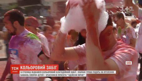 Цветная благотворительность: три тысячи раскрашенных людей пробежались в столице