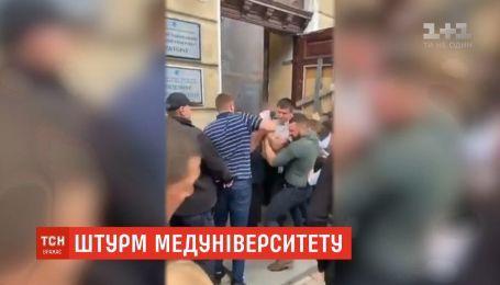 Сутички і постраждалі: в Одеському медуніверситеті боротьба за владу