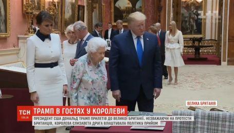 Попри протести британців, Єлизавета ІІ влаштувала Трампу прийом