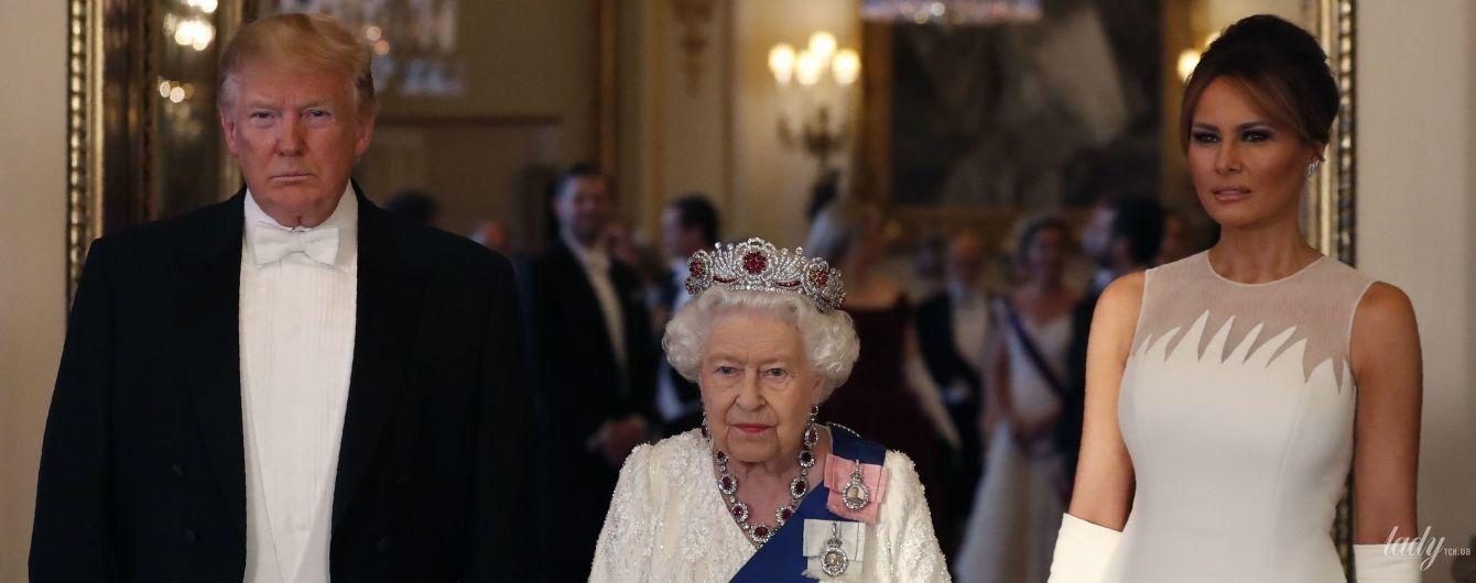 В вечернем платье и с рубинами на шее: королева Елизавета II на приеме во дворце
