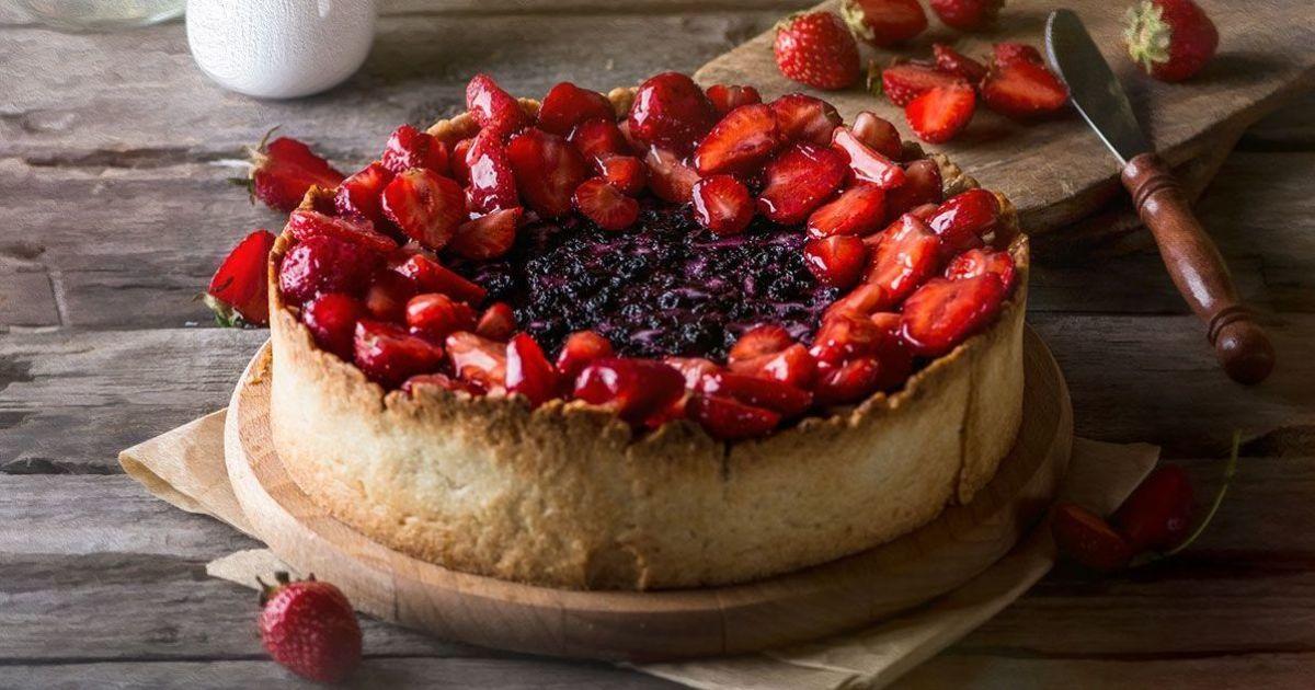 Пирог с клубникой и черникой