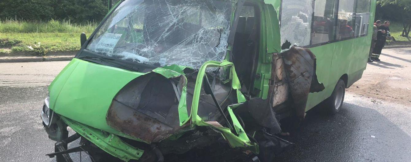 У Харкові мікроавтобус зіткнувся з пасажирською маршруткою, постраждали 15 осіб