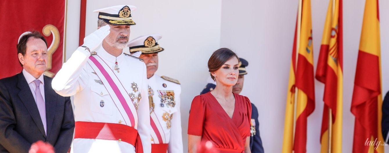 Красный ей к лицу: королева Летиция на торжественном параде в Севилье