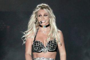 Драйвовая Бритни Спирс вжарила эмоциональный танец с игрушечной змеей