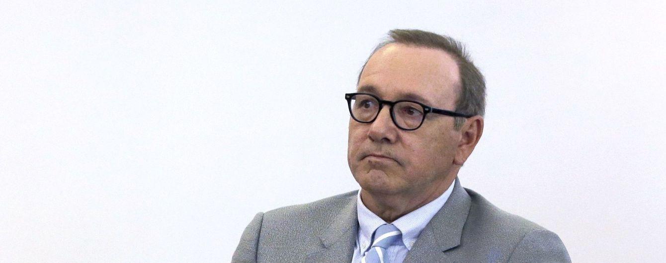 Обвиненный в домогательствах Кевин Спейси неожиданно появился в суде