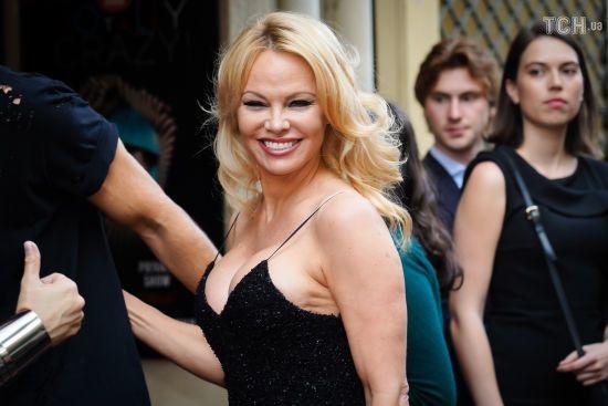 51-річна Памела Андерсон у міні-сукні на бретельках зачарувала образом