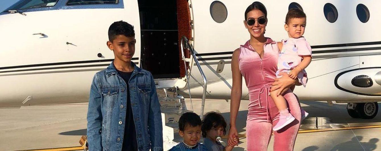 Девушка Роналду вместе с детьми показала, как отдыхают в Мадриде