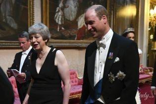 Такой мы ее еще не видели: Тереза Мэй в платье с глубоким декольте появилась в Букингемском дворце