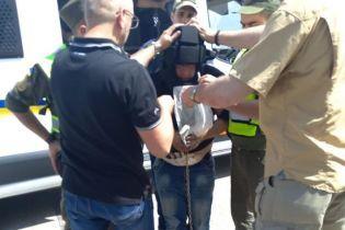 Украина выдала Польше жестокого убийцу-насильника - его перевозили в маске, в наручниках и цепях