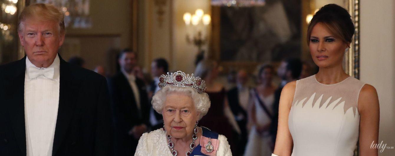Тоже в белом: Мелания Трамп надела вечернее платье на торжественный ужин в Букингемский дворец