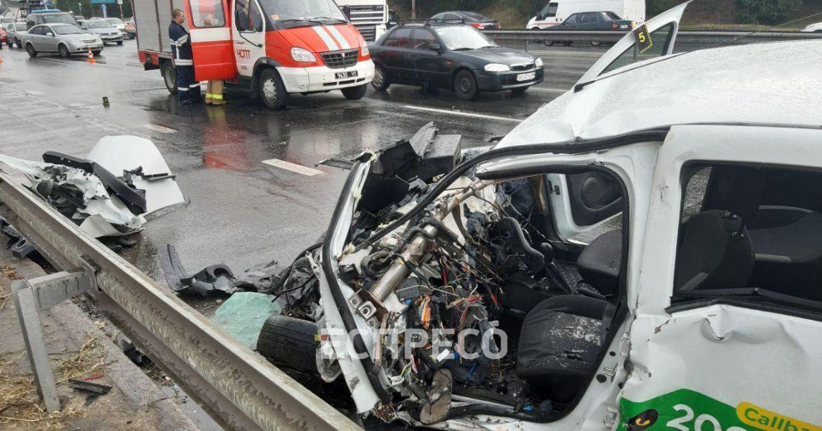 У Києві таксі розплющилося об трактор, є постраждалі