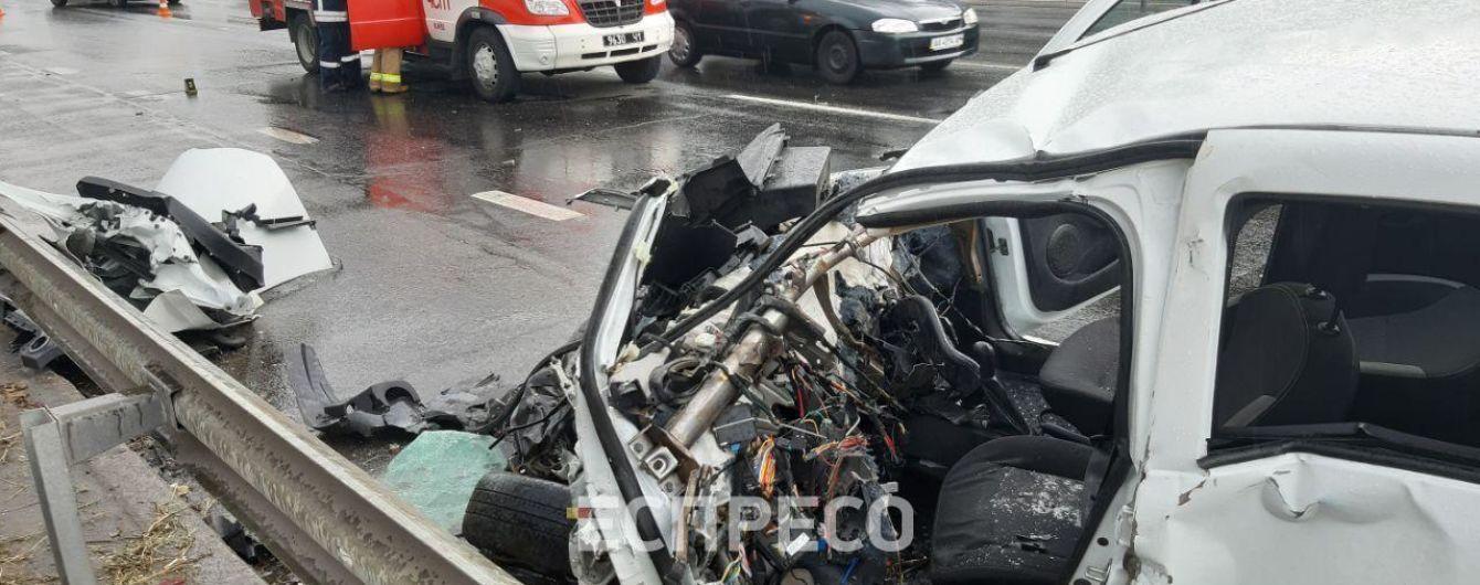 В Киеве такси расплющилось об трактор, есть пострадавшие
